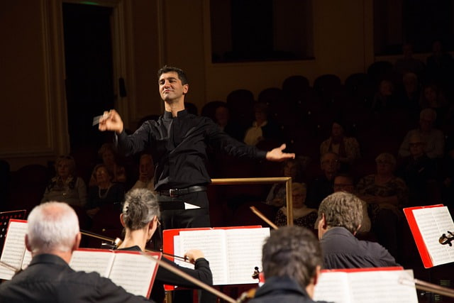 Director dirigiendo orquesta