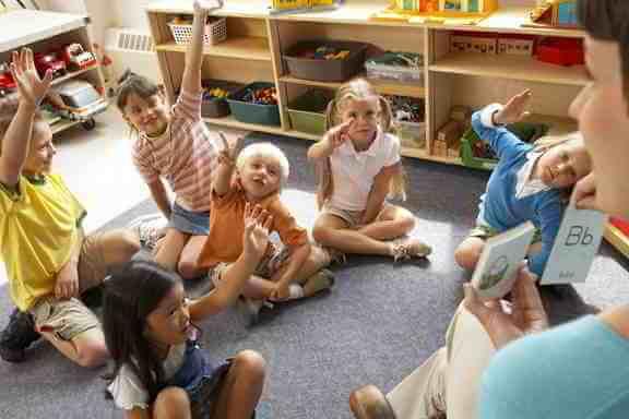 Maestra desarrollando potencial de niños
